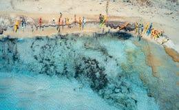 Flyg- sikt av den sandiga stranden med färgrika kanoter och det blåa havet royaltyfria bilder