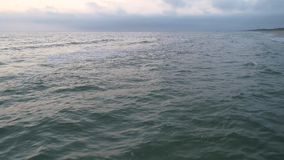 Flyg- sikt av den sandiga stranden på solnedgången arkivfilmer
