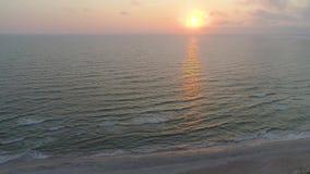 Flyg- sikt av den sandiga stranden på solnedgången lager videofilmer