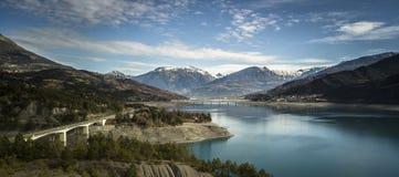 flyg- sikt av den Savine bron och sjön royaltyfri bild