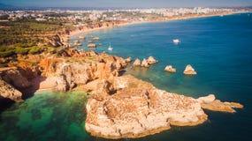 Flyg- sikt av den sceniska Ponta Joao de Arens stranden i Portimao, Algarve, Portugal Royaltyfri Bild