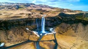 Flyg- sikt av den Seljalandsfoss vattenfallet, härlig vattenfall i Island arkivfoto
