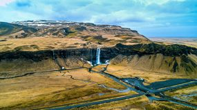Flyg- sikt av den Seljalandsfoss vattenfallet, härlig vattenfall i Island royaltyfri foto