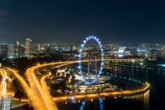Flyg- sikt av den Singapore reklambladet och staden på natten i Singapore, Asien arkivbild