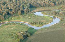 Flyg- sikt av den slingriga floden. Royaltyfri Bild