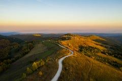 Flyg- sikt av den slingriga vägen på hösten fotografering för bildbyråer