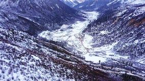 Flyg- sikt av den snöig dalen av det Chola berget arkivfilmer