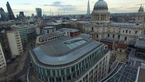 Flyg- sikt av den St Paul domkyrkan och moderna London byggnader i avstånd stock video