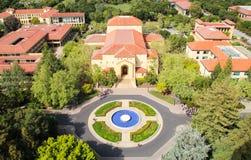 Flyg- sikt av den Stanford Universtity universitetsområdet Arkivfoton
