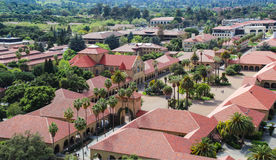 Flyg- sikt av den Stanford Universtity universitetsområdet Arkivbilder