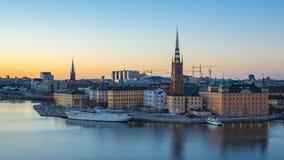 Flyg- sikt av den Stockholm Gamla Stan horisontdagen till natten Timelapse i Sverige, Tid schackningsperiod stock video