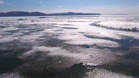 Flyg- sikt av den stora floden med flottörhus isfloes under sundown driva is körning av is Isisflak lager videofilmer
