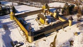 Flyg- sikt av den Sucevita kloster i Bukovina lager videofilmer