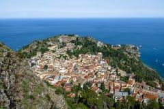 Flyg- sikt av den Taormina staden - Taormina, Sicilien, Italien royaltyfria foton