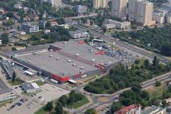 Flyg- sikt av den Tesco stormarknaden i Warszawa Royaltyfri Bild