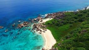 Flyg- sikt av den tomma tropiska stranden på den LaDigue ön, Seychellerna lager videofilmer