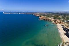 Flyg- sikt av den Tonel stranden med den Sanka Vincent Cape & x28en; Cabo de Sao Vincente& x29; på bakgrunden i Algarve Arkivbild