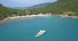 Flyg- sikt av den tropiska lagun med den förankrade lyxiga yachten arkivfilmer