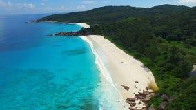 Flyg- sikt av den tropiska stranden (storslagna Anse) på den LaDigue ön, Seychellerna arkivfilmer