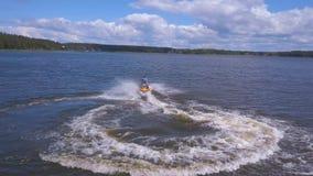 Flyg- sikt av den unga mannen på Jet Ski lager videofilmer