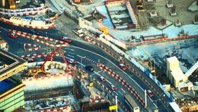 Flyg- sikt av den upptagna tvärgatan med rörande bilar i konstruktionsområde Hong Kong lager videofilmer
