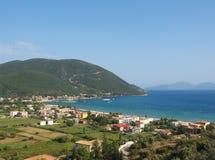 Flyg- sikt av den Vasiliki staden och stranden i Lefkada, Grekland royaltyfria foton