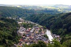 Flyg- sikt av den Vianden staden i Luxemburg, Europa Royaltyfri Bild