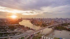 Flyg- sikt av den viktiga gränsmärket för bhumibolbro av den bangkok thaen Arkivbild