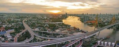 Flyg- sikt av den viktiga gränsmärket för bhumibolbro av den bangkok thaen Arkivbilder