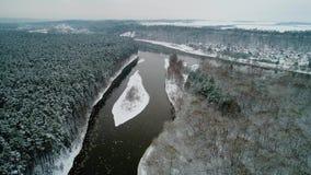 Flyg- sikt av den vinterskogen och floden arkivfilmer