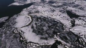 Flyg- sikt av den Volga River vintern, vatten och is på en djupfryst flod lager videofilmer
