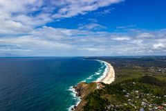 flyg- sikt av den Wategoes stranden p? Byron Bay med fyren Fotoet togs ut ur en Gyrocopter, Byron Bay, Queensland, arkivbilder