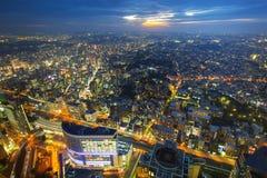 Flyg- sikt av den Yokohama staden på skymning Royaltyfria Bilder