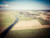 Flyg- sikt av den Zlotoria staden vid en flod under blå molnig himmel Fotografering för Bildbyråer