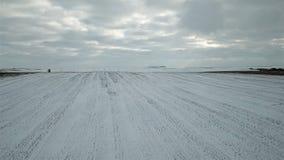 Flyg- sikt av detäckte fälten för ligganderussia för 33c januari ural vinter temperatur arkivfilmer