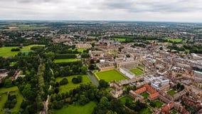 Flyg- sikt av det Cambridge universitetet Arkivfoton