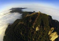 Flyg- sikt av det Ceahlau berget från surret arkivfoto
