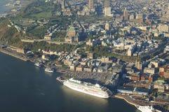 Flyg- sikt av det ChateauFrontenac hotellet och gammal port i Quebec Ci Arkivbild