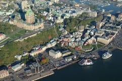 Flyg- sikt av det ChateauFrontenac hotellet och gammal port i Quebec City Fotografering för Bildbyråer