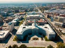 Flyg- sikt av det Denver stadshuset och ståndsmässig byggnad fotografering för bildbyråer
