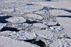 Flyg- sikt av det djupfrysta arktiska havet Arkivfoto