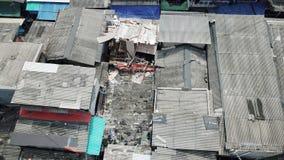 Flyg- sikt av det fullsatta slumkvarterhustaket Arkivbild