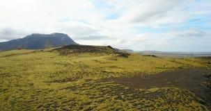 Flyg- sikt av det härliga landskapet, det gröna lavafältet i Island Surra att flyga över klipporna som täckas med mossa stock video