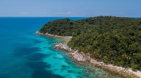 Flyg- sikt av det härliga panorama- landskapet av den tropiska Perhentian ön med den sandiga stranden av den kristallvatten och d royaltyfri bild