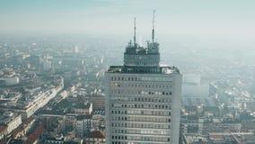 Flyg- sikt av det höga löneförhöjningbyggnadstaket och Milan cityscape italy lombardy stock video