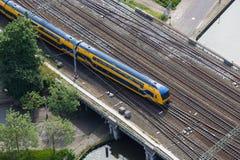 Flyg- sikt av det holländska drevet som korsar en bro över en kanal arkivfoton