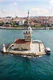 Flyg- sikt av det jungfru- tornet för ` s i Istanbul på Bosphorusen royaltyfria bilder