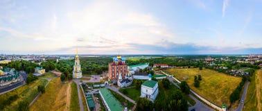 Flyg- sikt av det Klocka tornet och domkyrkan av den Ryazan Kreml i aftonen, Ryssland Arkivbild