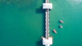 Flyg- sikt av det naturliga klara blåa havet med bron och fartyget för hav den sväva arkivbilder