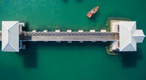 Flyg- sikt av det naturliga klara blåa havet med bron och fartyget för hav den sväva arkivfoto